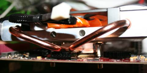 The heat pipes come close to the heatsink on the memory chips